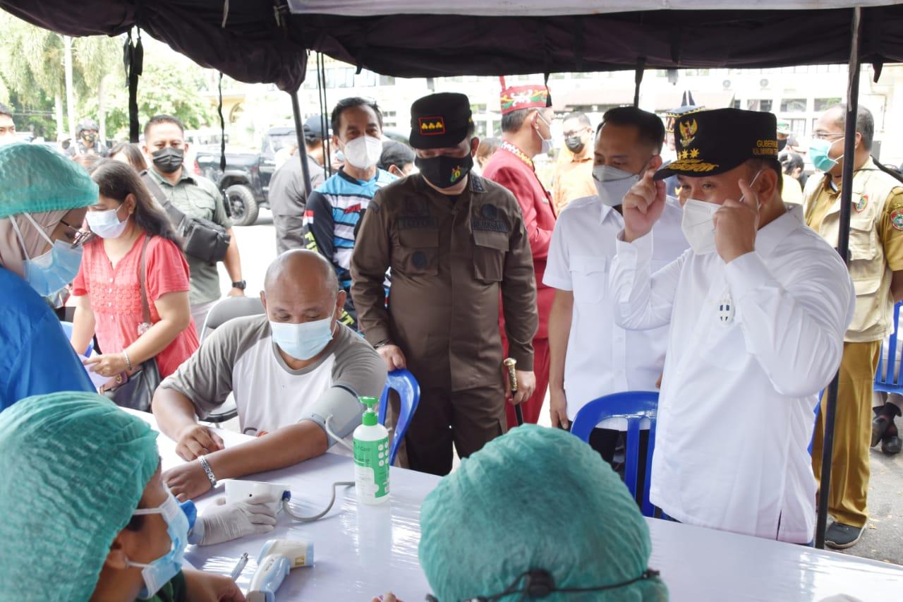 Gubernur Kalteng Meninjau Langsung Pelaksanaan Vaksinasi dibeberapa Pasar Kota Palangka Raya